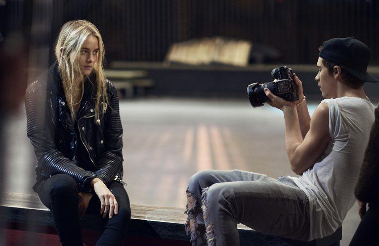 貝克漢長子布魯克林受 Burberry 之邀,擔任 BRIT 系列香水廣告的攝影...