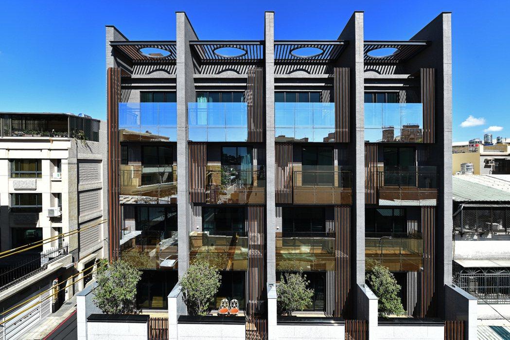 「心美墅」在建工商圈,外觀造型充滿時尚感。 圖片提供/聚仁建設