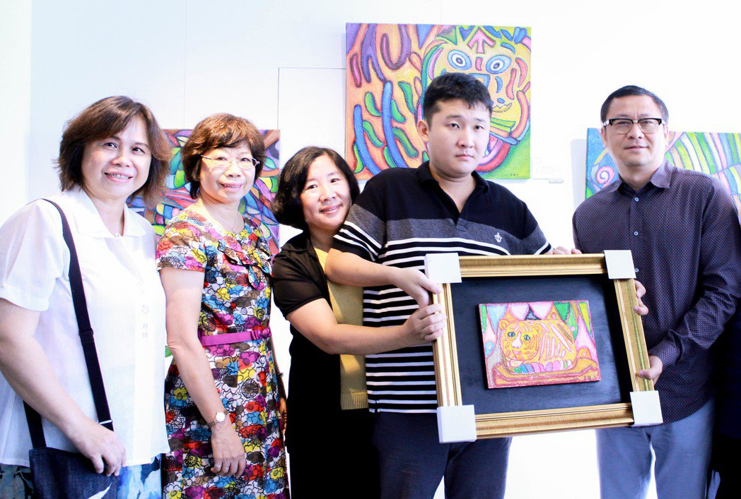 高進宇(右二)以三天時間畫了一幅畫送給雄崗建設董事長林清吉(右)。圖中至左依序為...