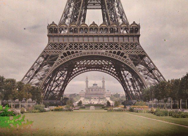 巴黎鐵塔一景,後面為當年的特羅加德羅宮(Trocadéro palace)。
