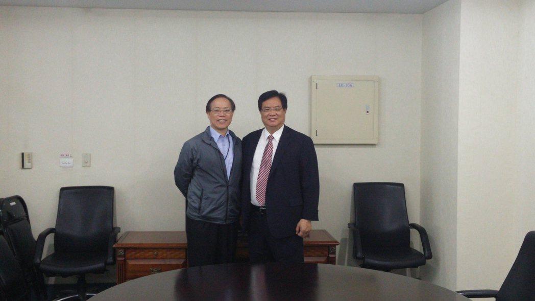 桃園航空城公司董事長張昌財拜會台灣智慧航空城產業聯盟秘書長謝繼茂。圖/航空城提供
