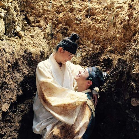 今日(7月21日),KBS TV最新月火劇(週一週二播出的劇集)《雲畫的月光》在官方Instagram上公開了演員朴寶劍和金裕貞的劇照,還留言道:「把螺溫高高抱起來的世子邸下,沾上泥土也又帥又美。」...