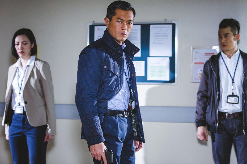 古天樂(中)在「三人行」飾演凶狠警察。圖/華映提供