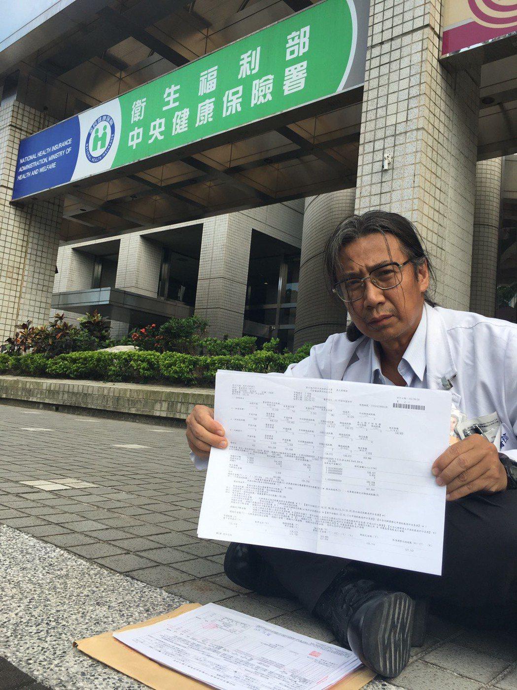 宜蘭縣開業骨科醫師汪立偉今再度到健保署前抗議核刪。記者江慧珺/攝影