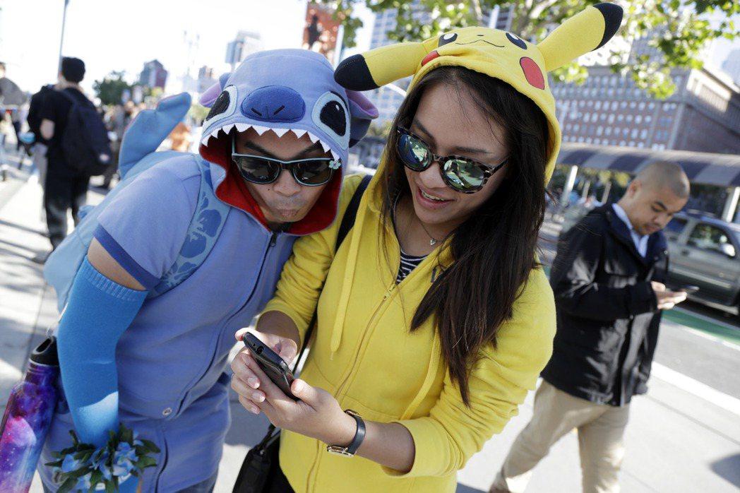 《精靈寶可夢Go》手機遊戲在全球引起狂熱,使用人數快速增加,甚至超越許多社群網站。 圖/美聯社