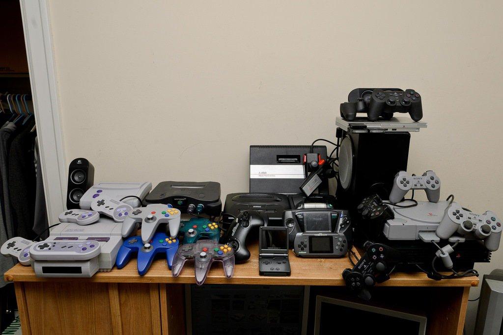任天堂1996年推出的主機Nintendo 64,蘑菇頭的類比搖桿,奠定了類比搖桿的地位。 圖/flickr
