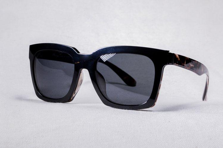 XLTt 時尚機能眼鏡 Cardin 款搭配偏光墨鏡前掛 NT,800。圖/...