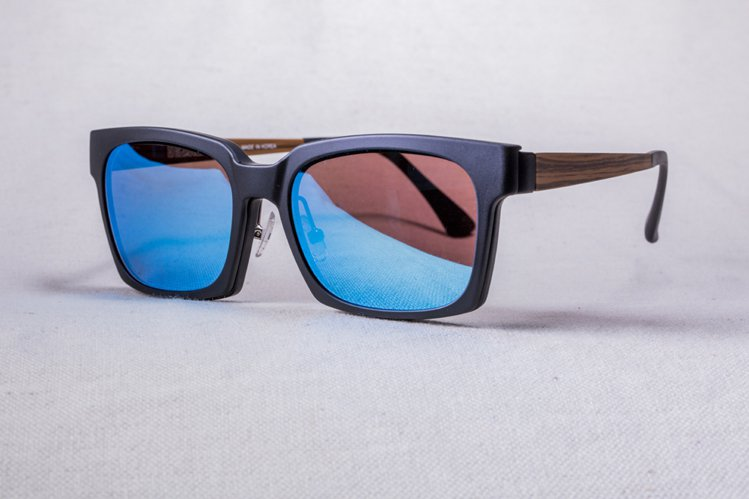XLTt 時尚機能眼鏡 Xuan 款搭配水銀墨鏡前掛 NT,800。圖/XL...