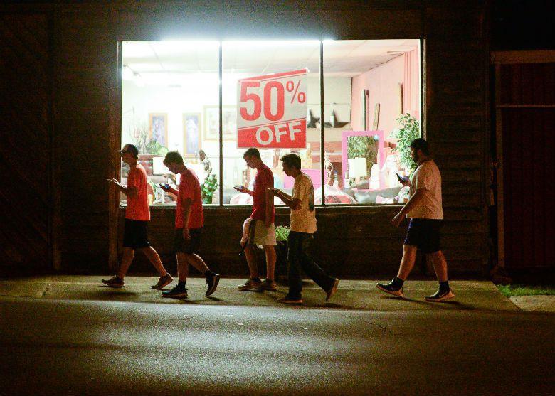 美國玩家在半夜聚集捕捉精靈。 圖/美聯社