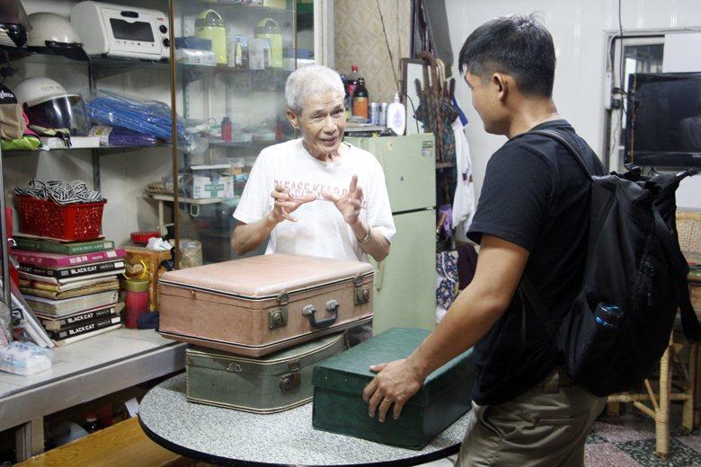 一生打造手工皮箱的老師傅呂秋林正向來訪的年輕人講解這門手藝的趣味。 圖/作者自攝