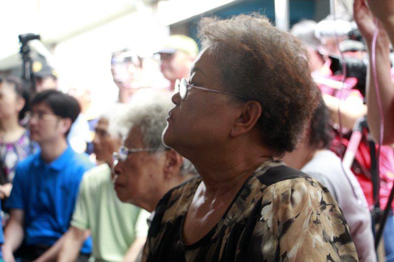 大溝頂的老居民聽台上官員們深澳的學問,似乎有聽沒有懂。 圖/作者自攝