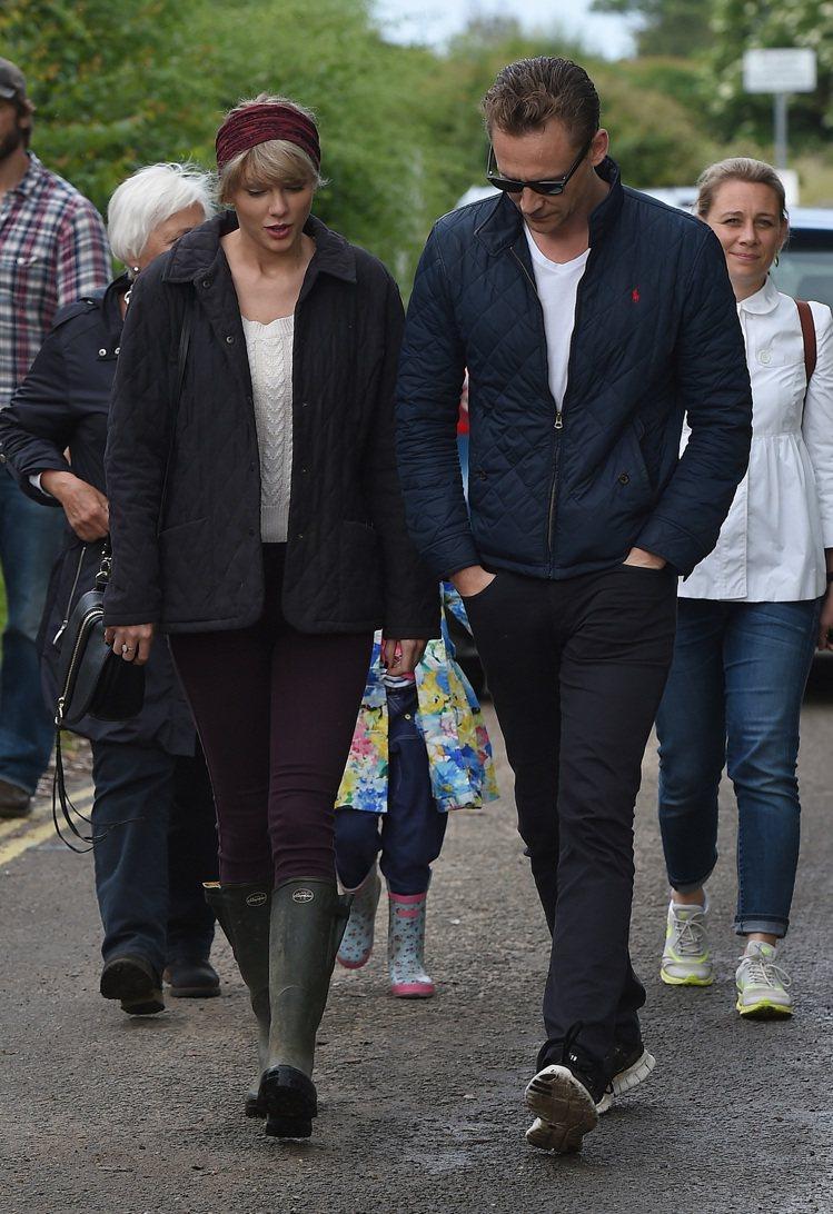 湯姆希德斯頓真的超愛穿這件POLO RALPH LAUREN藍色外套。圖/達志影...