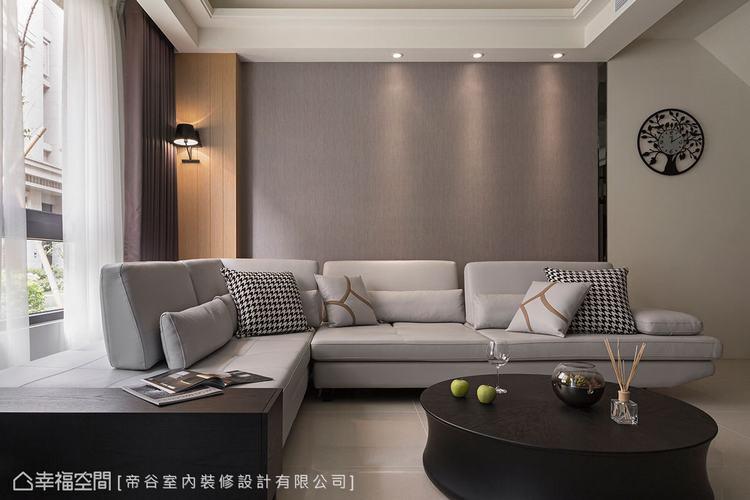 ▲沙發背牆:灰色調壁紙為基底,鋪陳沉穩的氣息,透過灰鏡、木皮收邊,呼應電視牆的設...