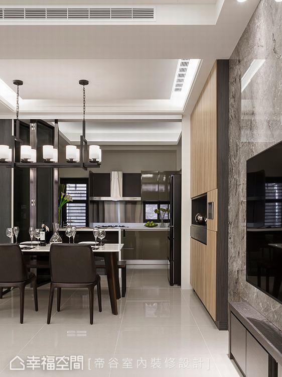 ▲拉平立面:木皮妝點的收納櫃擁有足夠的深度,消弭原先的柱體,電視牆也刻意墊高,平...