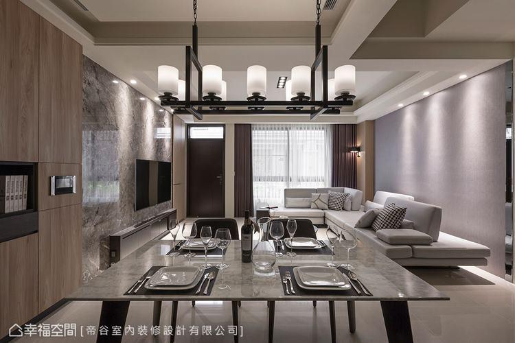 ▲餐廳:天花板藉由間接燈光形成高低落差的視覺,降低橫樑經過帶來的壓迫感,也創造層...