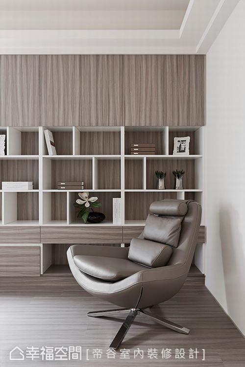 ▲書房:無色調的空間內,大量以木色做呈現,搭配純白造型,創造出簡約無印風格。