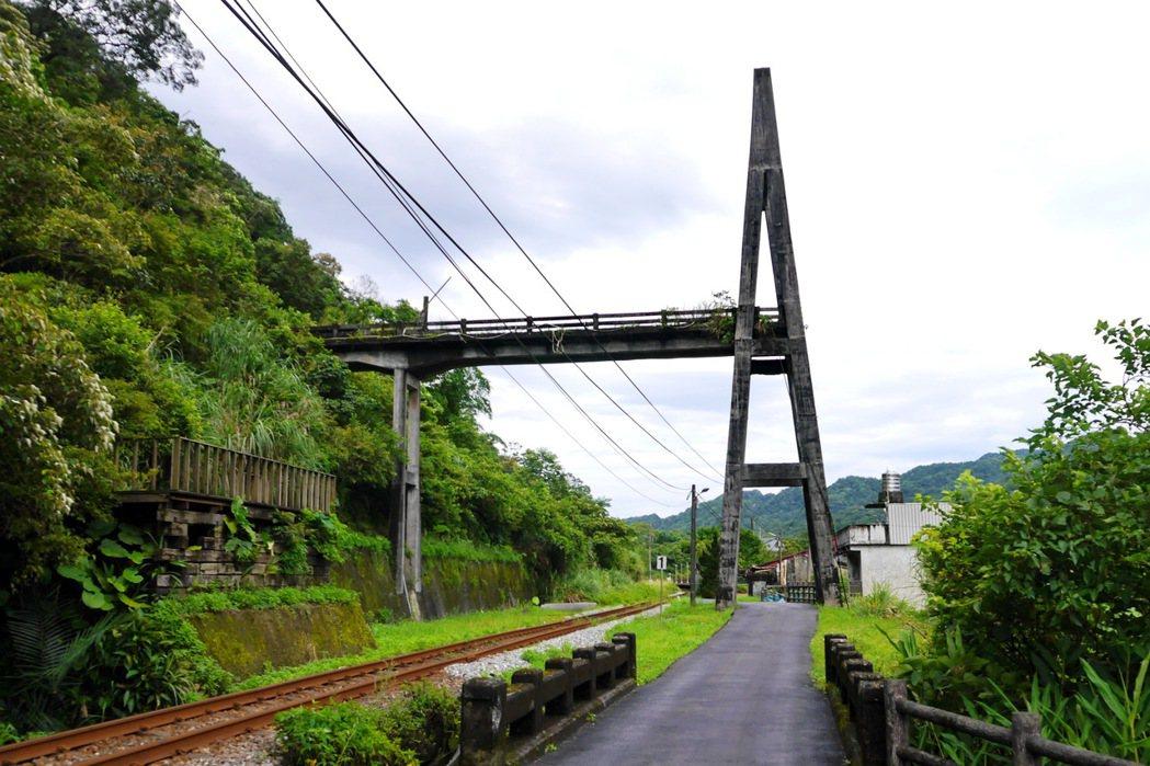 望古車站附近的「慶和吊橋」遺跡。 記者陳威任/攝影