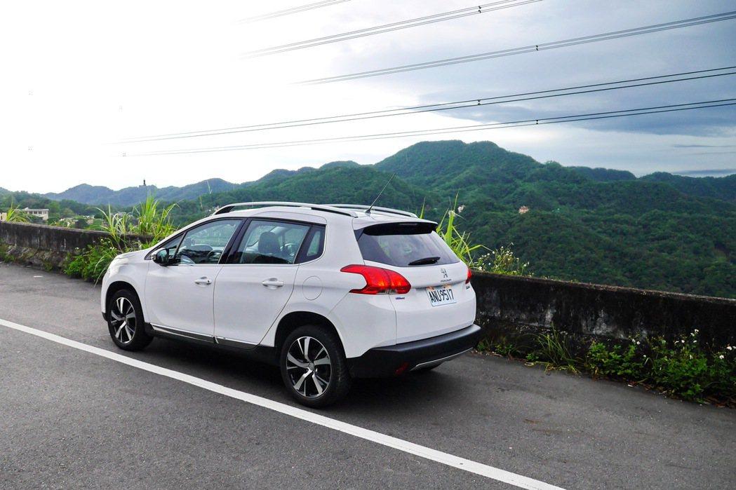 Peugeot 2008 1.2 PureTech在山路行駛依然順暢充滿樂趣。 記者陳威任/攝影