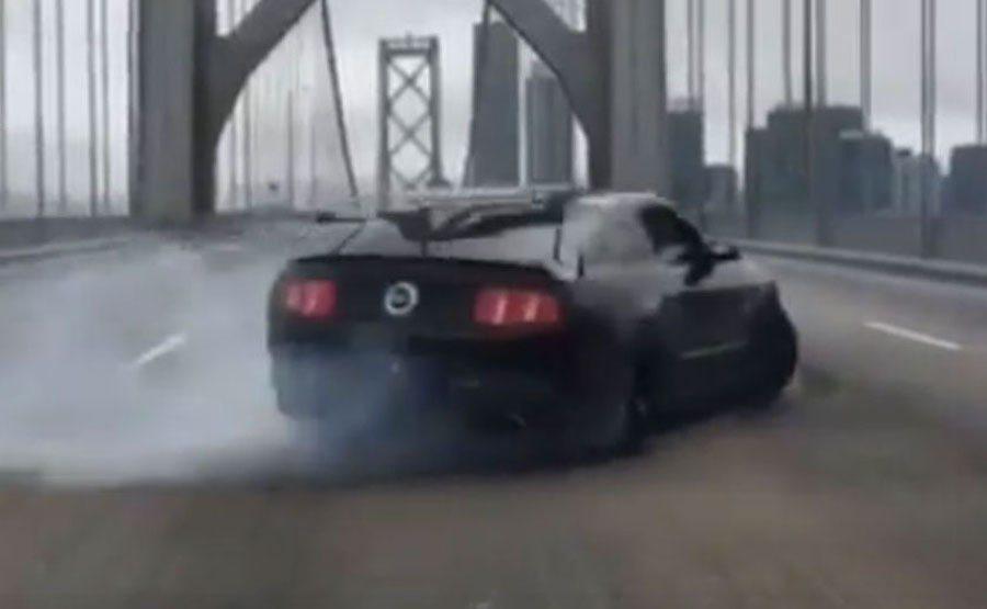 一輛野馬在美國舊金山大橋上危險甩尾。 截自beehmack.9影片