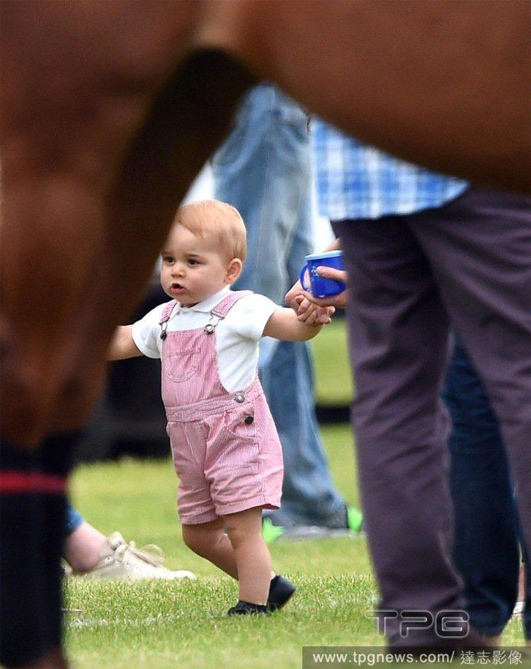 另一次於某場馬球賽活動中穿的一件西班牙童裝品牌 Neck & Neck 粉紅吊帶...