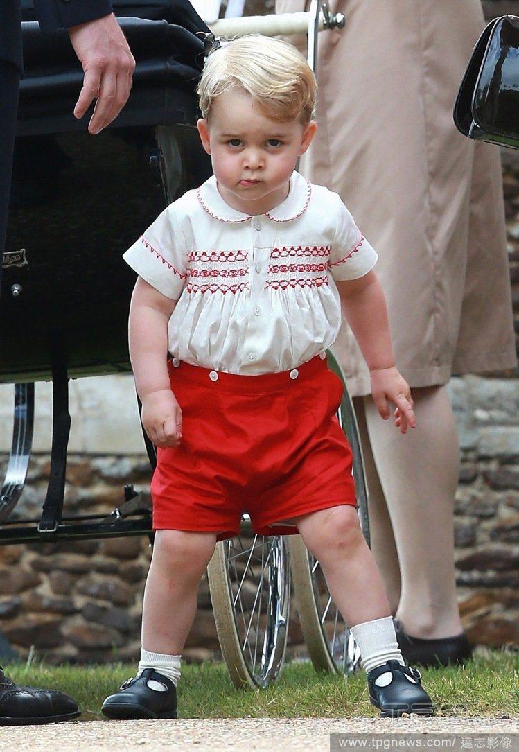 小喬治在妹妹夏綠蒂的受洗禮中穿著的那件 Rachel Riley 襯衫也在當時馬...