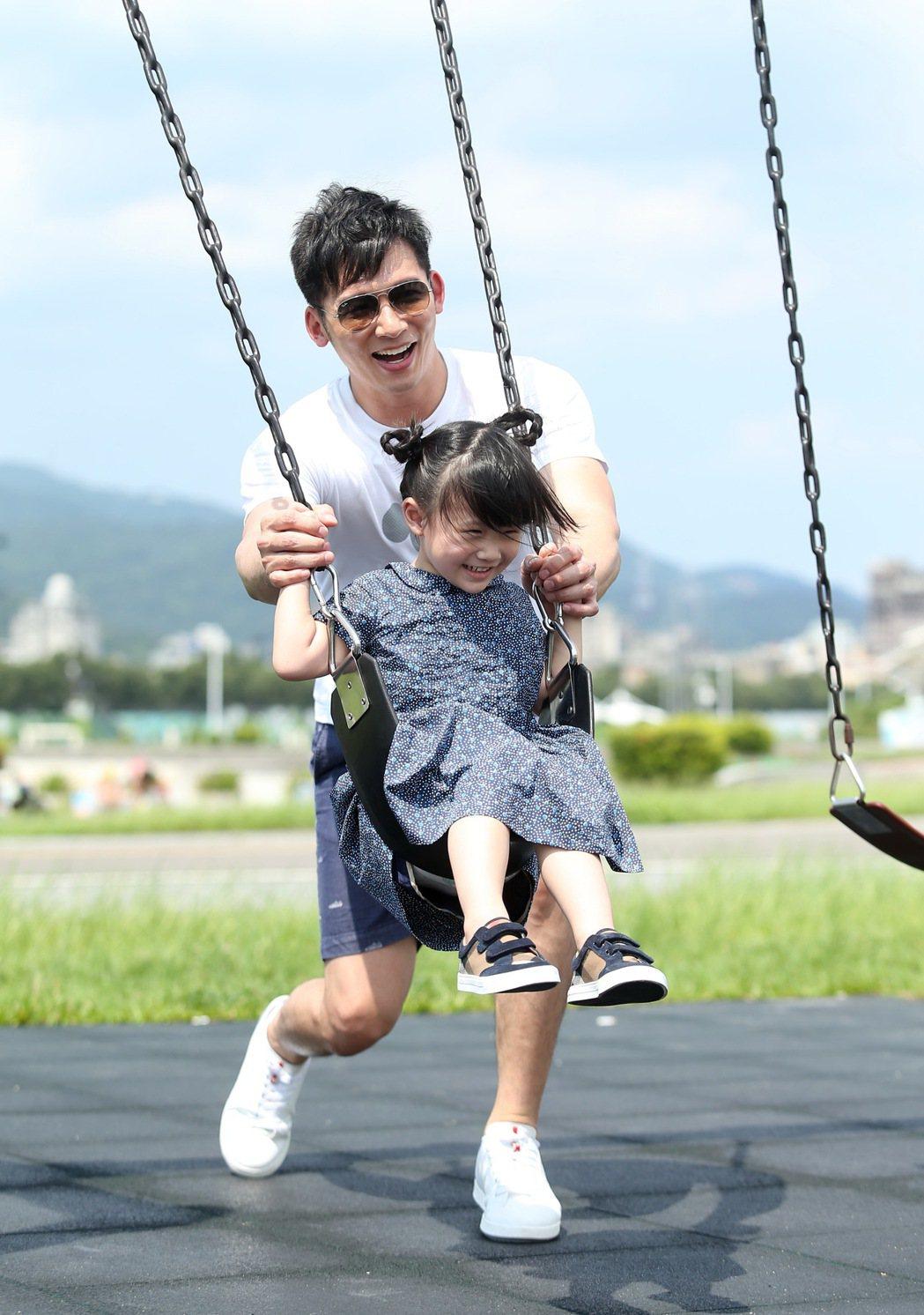 溫昇豪平時沒工作時,都會開車載著女兒到戶外消耗體力。 記者林澔一/攝影