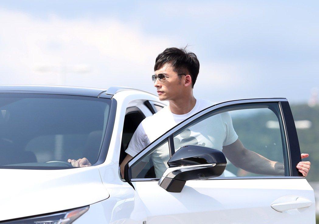 溫昇豪除了平時喜歡開跑車追風外,有了家庭後,對於車款更注重安全性。 記者林澔一/...