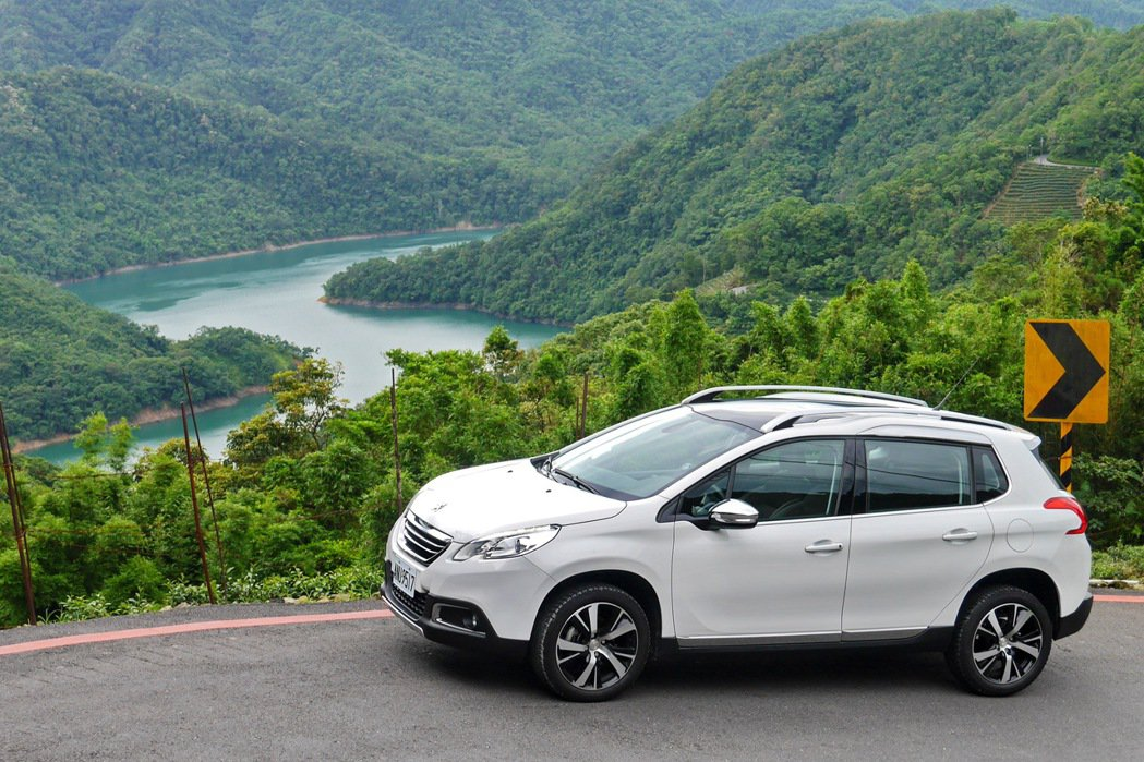 Peugeot 2008 1.2 PureTech與石碇千島湖美景。 記者陳威任/攝影