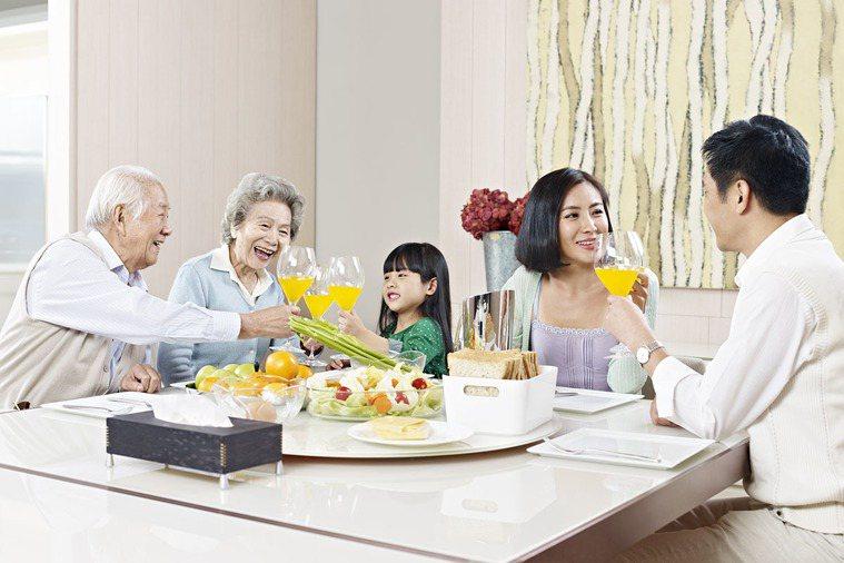吃飯盡量別邊吃邊講話。 圖片/shutterstock