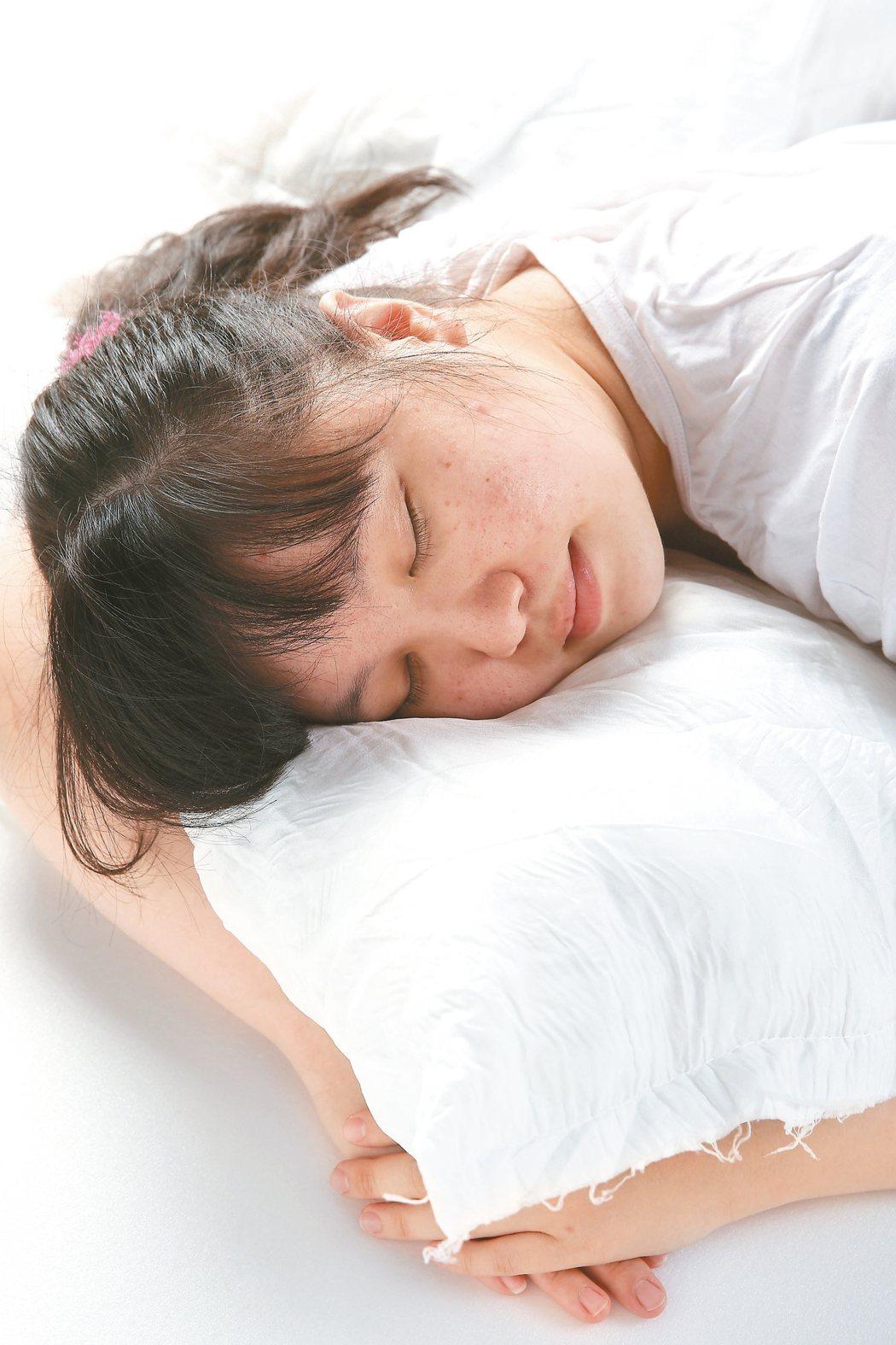 睡不好也容易掉髮。65歲的阿琴姨,平時睡眠不深,一點小聲音,就容易醒來,近期為嚴...