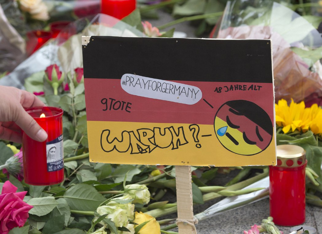德國慕尼黑發生濫殺事件,民眾悼念不幸罹難者。 美聯社