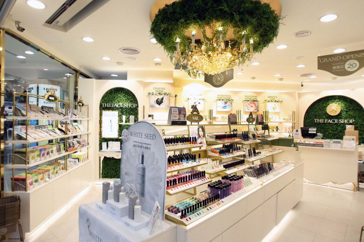 THE FACE SHOP西門形象店位於韓流一級戰區,店內今年重新改裝成古典現代...