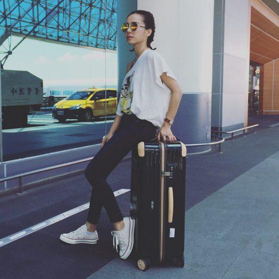 蔡依林Jolin在臉書上傳了一張率性造型手拉Rimowa旅行箱的照片。圖/摘自蔡...