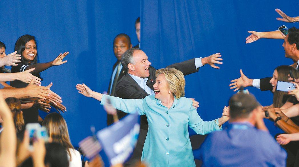 美國民主黨準總統候選人希拉蕊.柯林頓(前)和副手凱恩(後)廿三日首度在邁阿密同台...