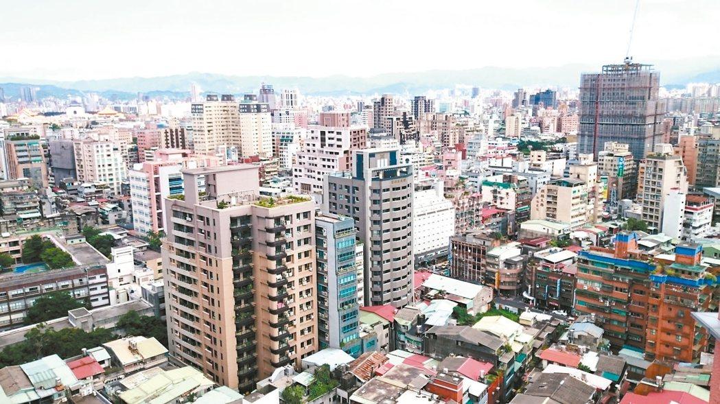買氣不振,今年上半年台北市建照核發戶數較去年下半年、去年同期均腰斬。 報系資料照