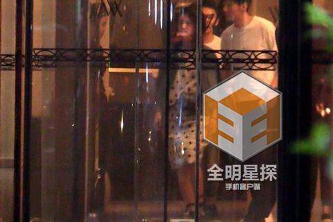 楊丞琳與李榮浩兩人戀情談的低調,總是不願正面承認,日前被拍到兩人在上海帶著家人一同聚餐,因此外界都在猜這是一場「見家長」的飯局。根據《全明星探》報導,楊丞琳與李榮浩兩人日前現身在上海,從飯店搭車前往...