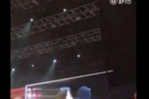 最近,韓國男子團體BIGBANG在香港舉辦粉絲見面會,而當中有粉絲與G-Dragon權志龍互動,竟意外被親臉頰,在台下參加粉絲會的粉絲們當場傻眼,台下還尖叫聲四起。據陸媒報導,BIGBANG團員們2...
