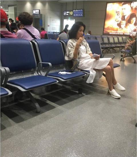 根據《新浪娛樂》25日報導,有網友向新浪娛樂爆料,劉嘉玲疑似素顏現身機場。照片中的她穿著白色休閒套裝,裙子開叉還差點走光,她的臉上一臉朦朧若有所思地坐在機場等候,讓人不禁好奇到底是在想誰阿?