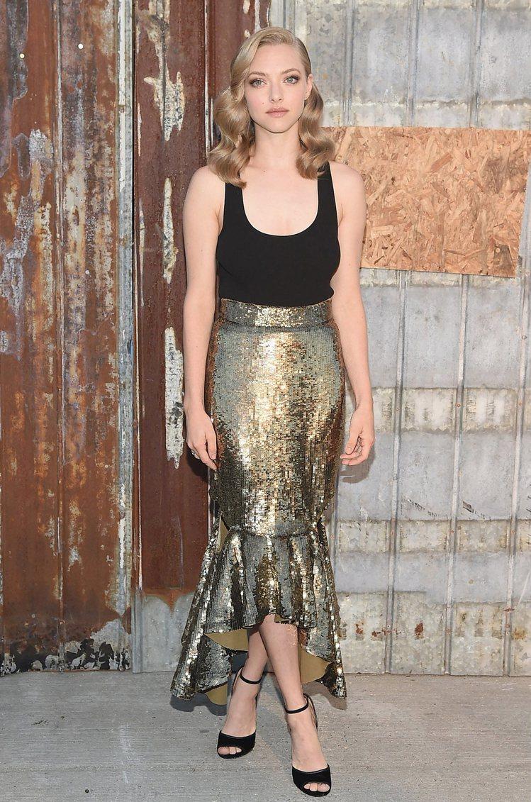 Amanda Seyfried 身高:159CM 黑金搭配是很顯貴的配色法,即...
