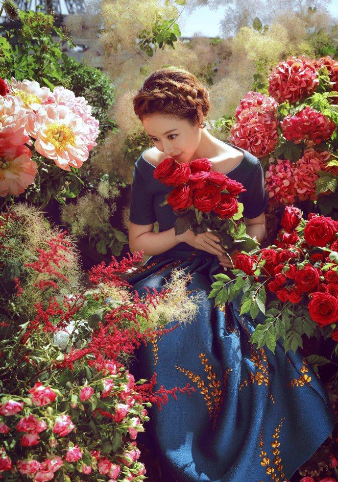 林心如最新時尚大片有著鮮花作伴。圖/摘自微博