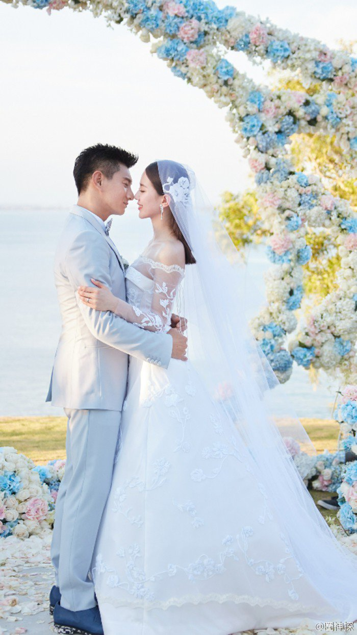 在峇里島舉行的「隆詩大婚」,當時吳奇隆就穿了淺色西裝。圖/摘自weibo