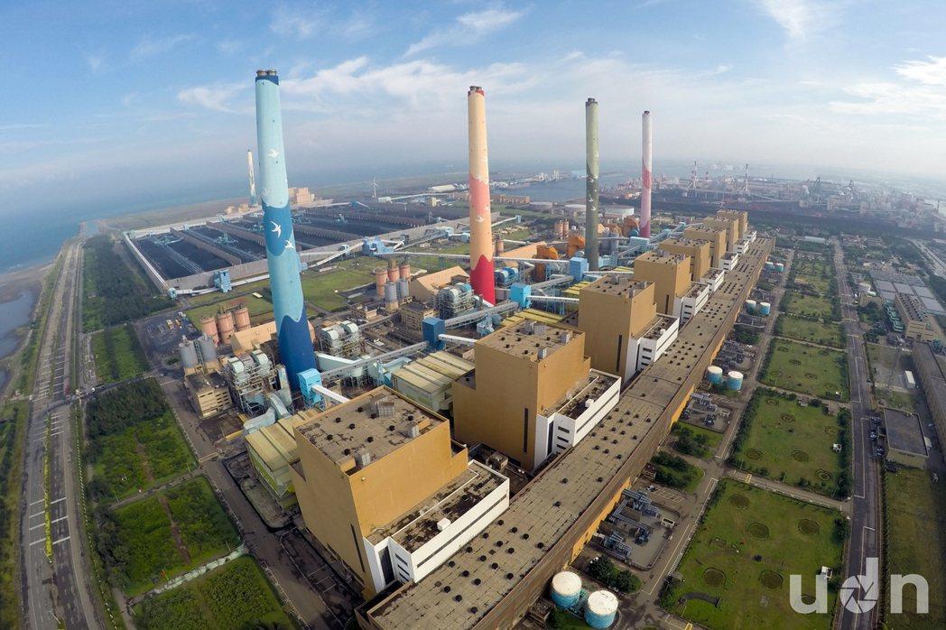 鳥瞰台中火力發電廠。記者許正宏/攝影