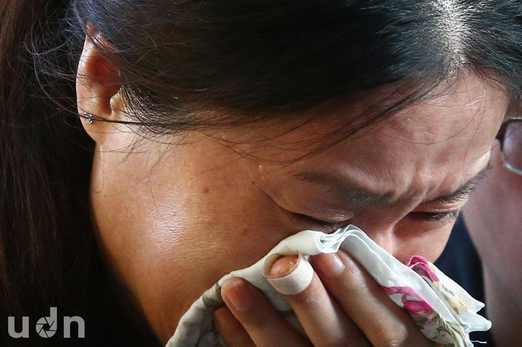 國道火燒車意外,陸方罹難者家屬21日陸續抵達靈堂上香致意,有家屬忍不住悲痛的情緒...