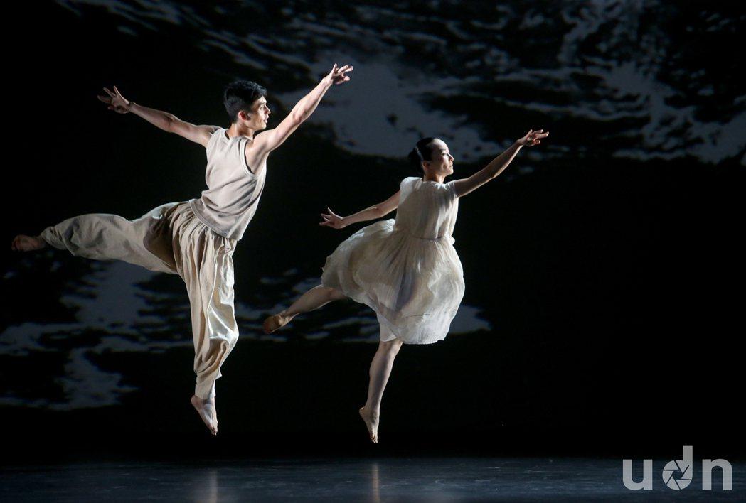 雲門舞集戶外公演23日在中正紀念堂免費盛大演出,此次演出的雙舞作「白水」與「微塵...