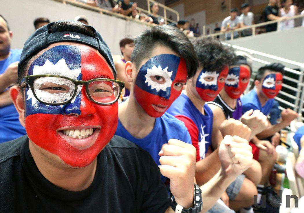 第38屆威廉瓊斯盃籃球邀請賽開打,23日熱情球迷在臉上彩繪國旗到新莊體育館為中華...