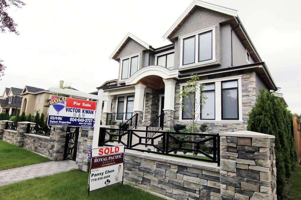 加拿大卑詩省擬對購買溫哥華的外資加課財產移轉稅,圖為溫哥華房屋出售廣告。 圖/路...
