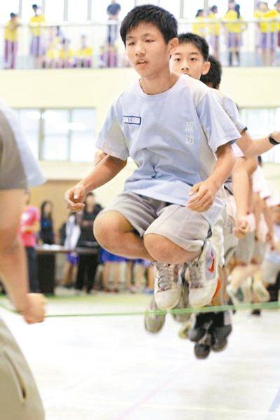 國人身高全球排名百年來大躍進,醫師表示,想長高,跳繩和打籃球是最好的運動。 報系...