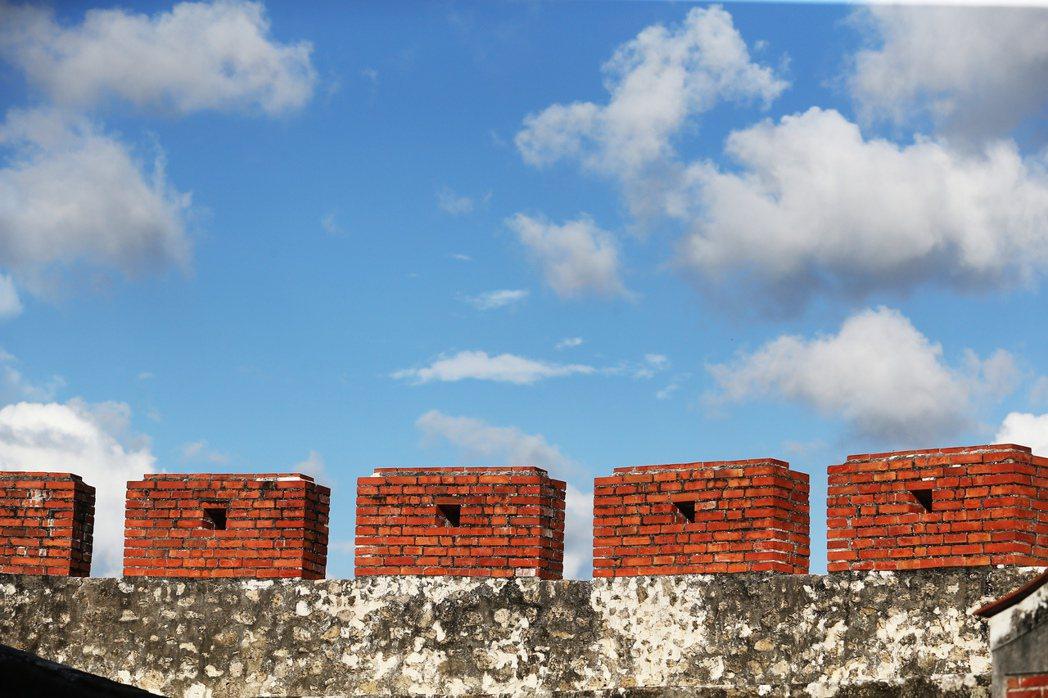 高市文化局提出「左營舊城─見城計畫」,將讓消失百年的左營舊城城牆與城門基座遺構,重現世人眼前。圖為東段古城牆。 攝影/記者劉學聖