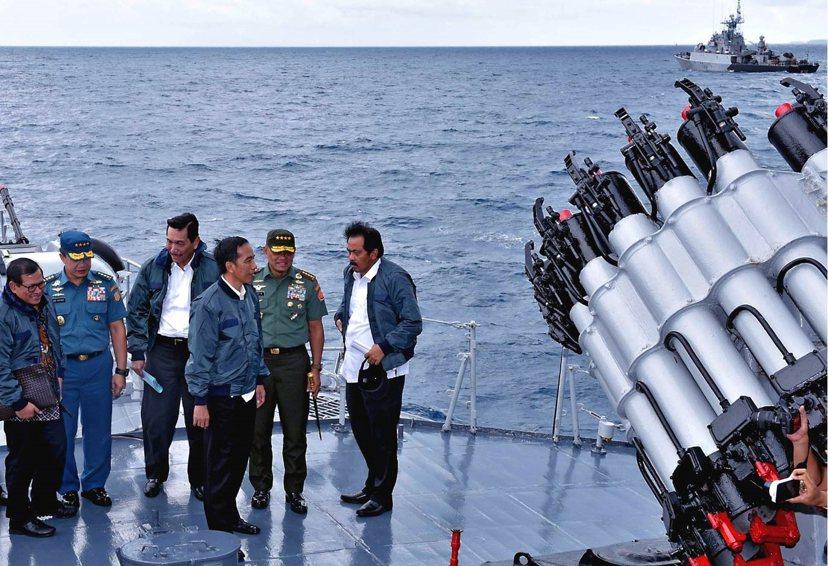2016年6月24日印尼總統佐科威乘坐軍艦「KRI Imam Bonjol 38...