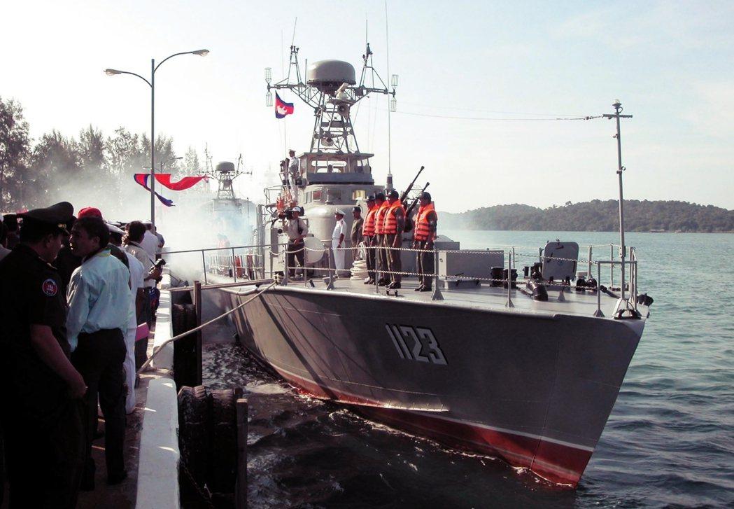 2006年越南人民海軍贈送柬埔寨兩艘巡邏艇。 圖/新華社